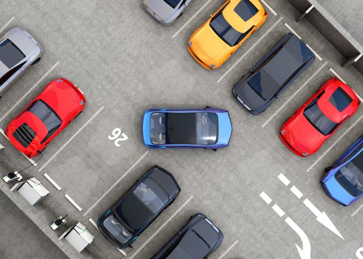 Parkplatz mit E-Autos von oben