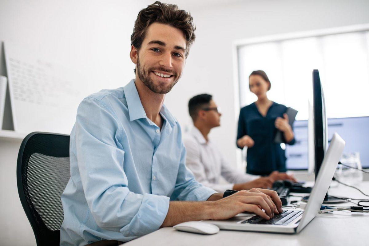 Mann im Büro am Laptop
