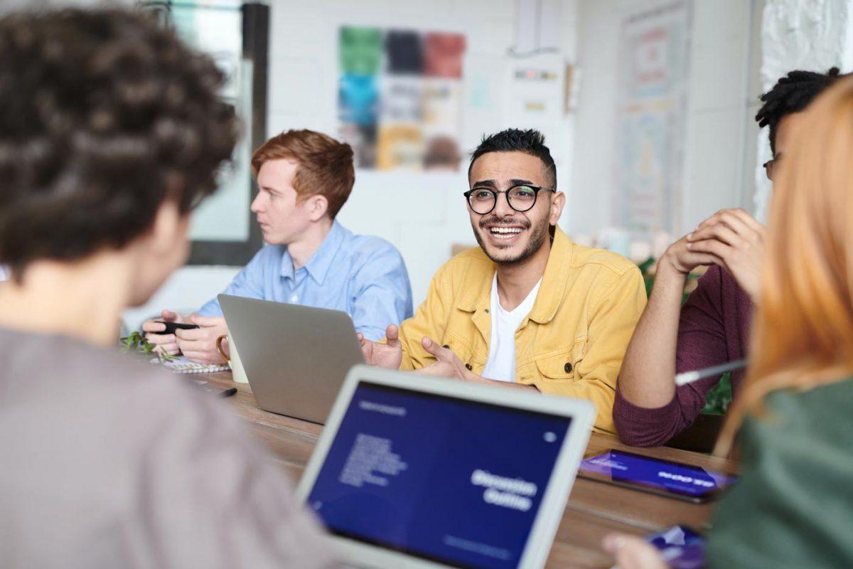 Mann an Laptop im Meeting