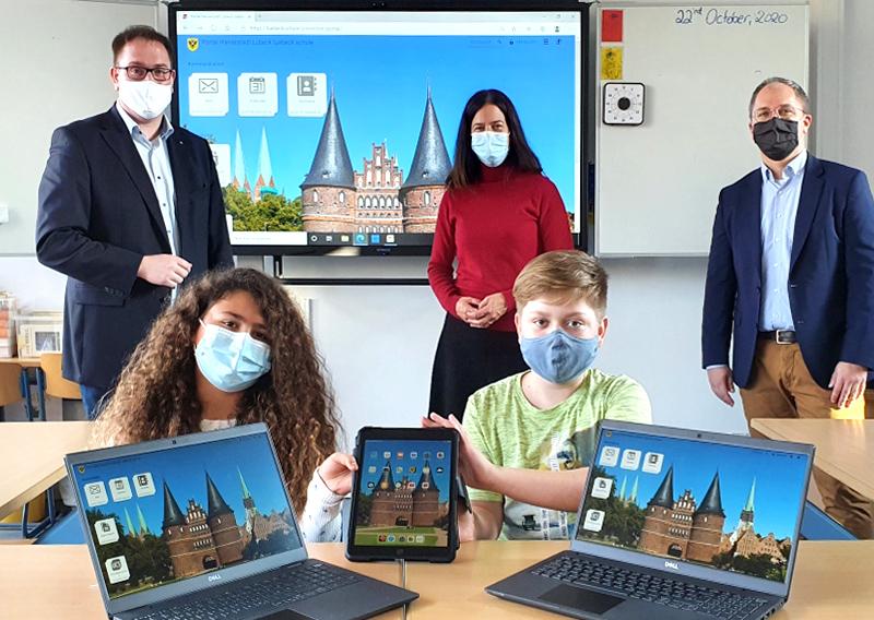 Hansestadt Lübeck übergibt 2700 Computer-Tablets an Schüler:innen