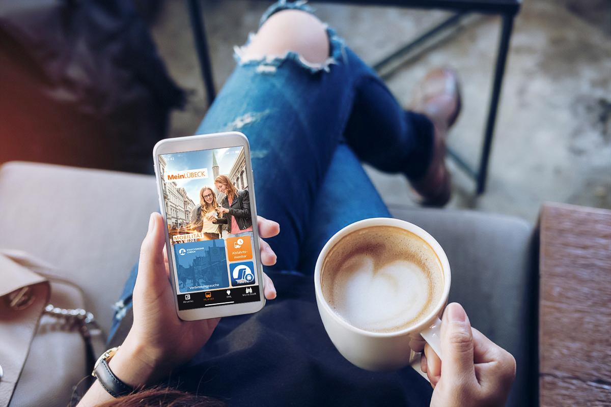Frau mit Smartphone und Kaffee